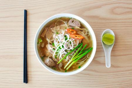 Traditionele Vietnamese Pho Beef Noodle Soup Stockfoto - 37317441