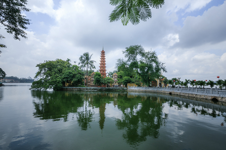 tran: Tran Quoc Pagoda Reflected in lake Stock Photo