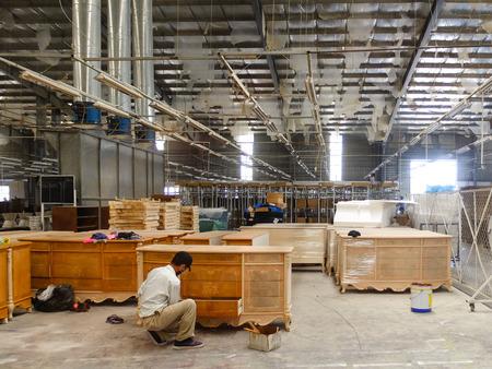 Vietnam Binh Duong stad 24 februari 2015: Werknemers zijn een fabriek export meubels Voltooiing van de laatste fase van het product te verpakken Th vd planten groeien heel veel in de Binh Duong Stockfoto - 41297918