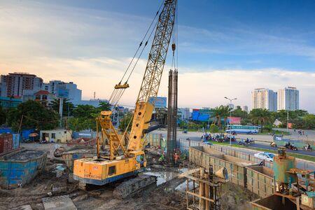 Hochiminh Stad Vietnam 3 juni 2014: de bouwvakkers staal en beton pier voor metrolijnen het oversteken van de rivier de Saigon Stockfoto - 41298253
