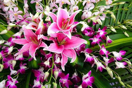 boeketten van roze orchideeën paarse lelies close-up event cho