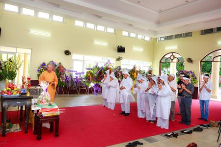 Hochiminh Stad Vietnam 12 juni 2015 in de traditie van de Funeral De ceremonie Aziatische boeddhisme naar de laatste rustplaats overleden Stockfoto - 41769001