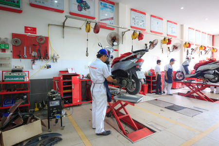Hochiminh City, Vietnam - June 23, 2015: Professional motorcycle repairman at a service center of Honda motorcycles in Ho Chi Minh City, Vietnam Redactioneel