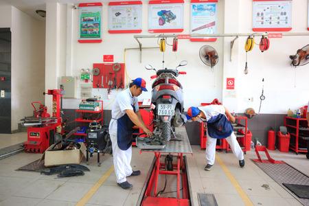 Hochiminh City, Vietnam - 23 juni 2015: Professionele motorhersteller op een onderhoudscentrum van Honda-motorfietsen in Ho Chi Minh-stad, Vietnam Stockfoto - 41894764