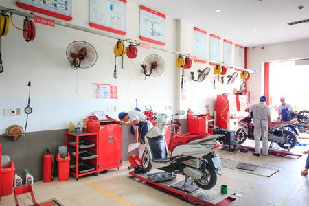 Hochiminh City, Vietnam - 23 juni 2015: Professionele motorfiets reparateur bij een service center van Honda motorfietsen in Ho Chi Minh City, Vietnam Redactioneel