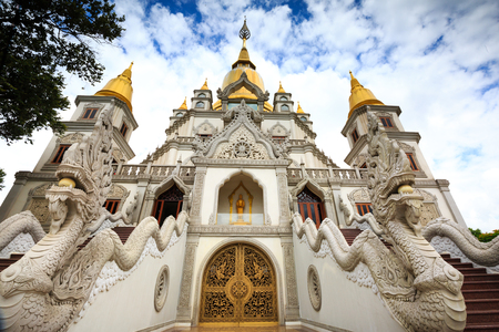 Hochiminh City, Vietnam - 02 thng 7, 2015: Landschap van Buu Lange boeddhistische tempel in Ho Chi Minh-stad, Vietnam Deze tempel op Long Binh ward t, district 9 in Hochiminh-stad, Vietnam Redactioneel