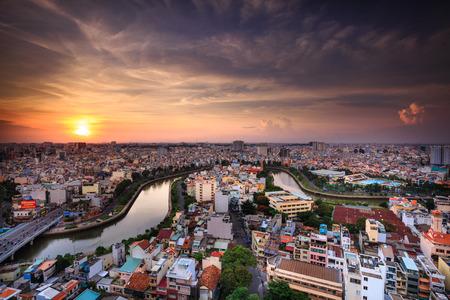 The landscape of Saigon: Thành phố Hồ Chí Minh, Việt Nam - 24 Tháng Bảy 2015: Ấn tượng, đầy màu sắc, cảnh Vibrant của giao thông châu Á, năng động, đông đúc của thành phố với đường mòn trên đường phố, kênh Nhiều Lộc biên tập