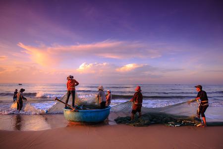 pecheur: Plage Lagi, province de Binh Thuan, Vietnam - 29 Août, 2015: Pêcheurs inconnu qui tirent jusqu'à e sont les filets de pêche de lever khi. Ceci est demandé pour leur travail quotidien