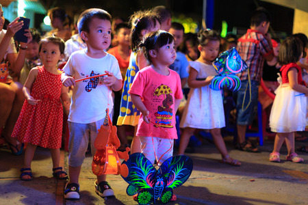 호치민시, 베트남 - 2015 년 9 월 26 일 : 어린이들은 HoChiMinh시의 주거용 건물에서 중추절에 참석하게되어 기쁩니다. 중추절은 매년 8 월에 베트남에서 보