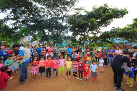 niños pobres: La provincia de Lam Dong, Vietnam - 7 de noviembre de 2015: Una alegría después de recibir los regalos de los niños de las minorías étnicas en las tierras altas. Todos los regalos para los niños pobres provienen de un grupo de caridad sociedad