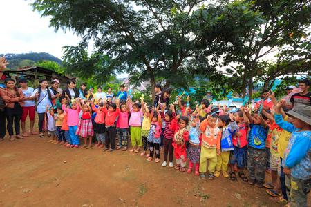 ni�os pobres: La provincia de Lam Dong, Vietnam - 7 de noviembre de 2015: Una alegr�a despu�s de recibir los regalos de los ni�os de las minor�as �tnicas en las tierras altas. Todos los regalos para los ni�os pobres provienen de un grupo de caridad sociedad