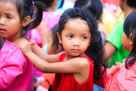 Lam Dong Province, Vietnam - 7 november 2015: Een vreugde na gaven van allochtone kinderen die in de hooglanden. Alle geschenken komen uit een samenleving liefdadigheidsgroep Redactioneel