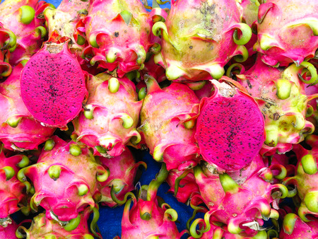 Red dragon fruit on market stand Stockfoto