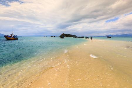 Wegenzand verbindt twee eilanden op de zee. Mooi zeegezicht in Diep Son-eiland Khanh Hoa-provincie, Vietnam