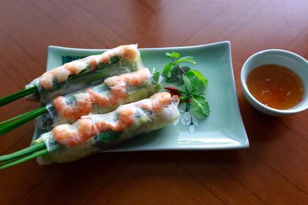 Alimento del Vietnam: rotoli con gamberetti e salsa su un primo piano piatto.