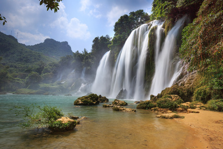 vapore acqueo: Ban Gioc cascata in Cao Bang, Vietnam - Le cascate si trovano in una zona di confine tra Vietnam e Cina. Queste sono una delle cascate più belle nel nord del Vietnam. Archivio Fotografico