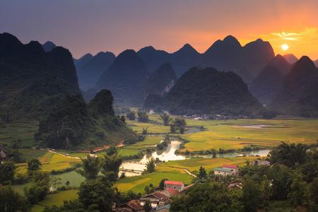 Magische zonsondergang op het gebied dichtbij berg Phong Nam, Cao Bang-provincie, Vietnam