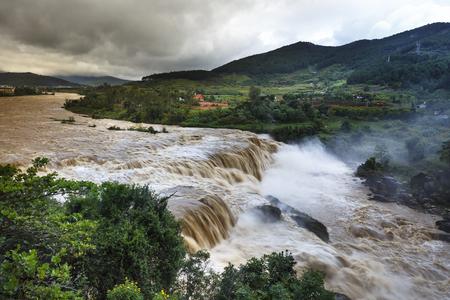 Schreckliche reißenden Wasser auf dem Fluss in der Flut Saison im Duc Trong Bezirk, Lam Dong Province, Vietnam Standard-Bild - 67813330