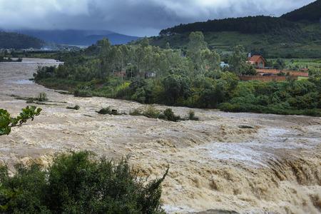 Schreckliche reißenden Wasser auf dem Fluss in der Flut Saison im Duc Trong Bezirk, Lam Dong Province, Vietnam Standard-Bild - 67813331