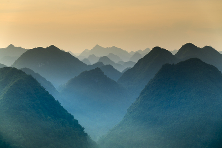 山の魔法のシーンは、彼らがバクソン地区ラングソン州、ベトナムの夜明けに緑豊かな植生の層で覆われている連続したメッセージに似ています