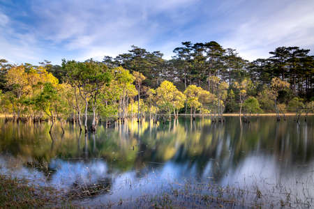 Mountain landscape, lake and mountain range, large panorama, fisherman, forest. Tuyen Lam lake, Dalat, Vietnam Stockfoto - 154292237