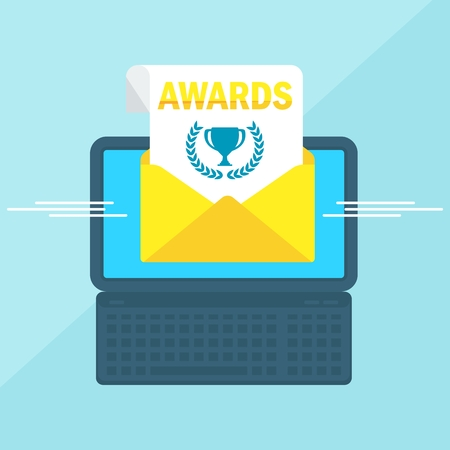 ノート パソコンで、エンベロープと画面上のドキュメント。賞、カップの勝者。E メール マーケティング、インターネット広告。フラット ベクトル