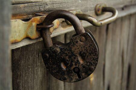 cerrar la puerta: vieja cerradura sin llave de la puerta, de madera