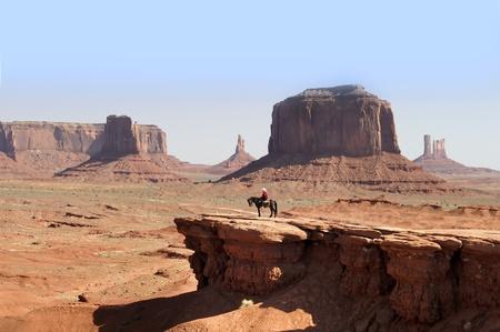 Cowboy in Monument Valley.Monument Valley biedt misschien wel de meest duurzame en definitieve beelden van het Amerikaanse Westen. De geïsoleerde rode mesas en buttes omringd door lege, zandige woestijn