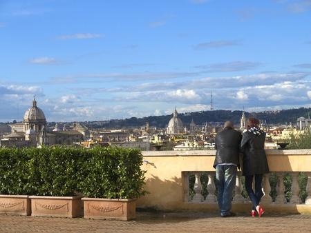 paar scannen de daken van Rome (releases kunnen naar u worden verzonden) Stockfoto