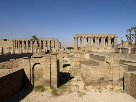 Luxor tempel is een tempel complex gelegen in de stad Luxor (het oude Thebe) en werd opgericht in 1400 voor Christus. De tempel was gewijd aan Amon, Mut en Chons en werd gebouwd tijdens het nieuwe rijk. Toegang tot de tempel is een causeway omzoomd door sfinxen