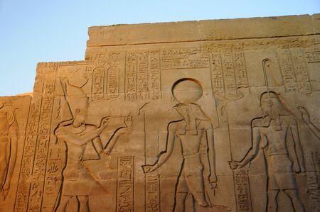 De tempel van Edfu is een oude Egyptische tempel, gelegen op de westoever van de Nijl in de stad van Edfu. Het is de tweede grootste tempel in Egypte na Karnak en een van de beste behouden Stockfoto