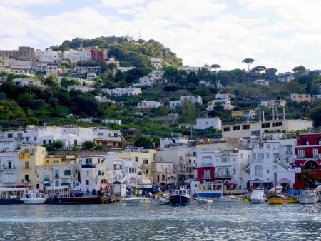 Het eiland Capri in de baai van Napels in Zuid-Italië