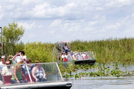 Airboat in de Everglades in de zuidelijke staat Florida in de Verenigde Staten Redactioneel