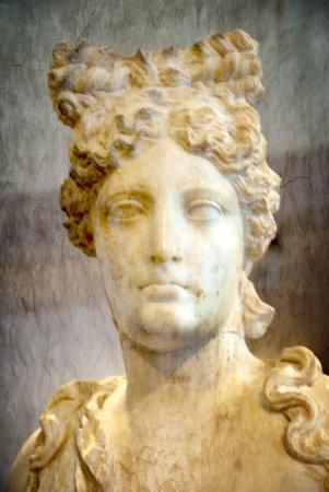 afrodite: Statua in marmo di Afrodite a Rethymno Creta Editoriali