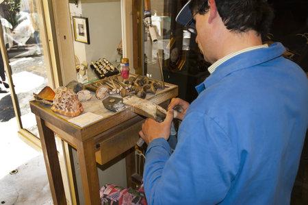 marqueteria: Artesano tallando un camafeo de concha en Sorrento Campania Italia Editorial