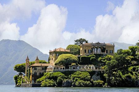 lake como: mooie villa en de tuin bekeken van het Meer van Como Italië Redactioneel