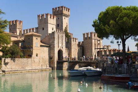 Sirmione is een van de mooie kleine steden op dit meer in Noord-Italië met een Snation in de buurt van de Dolomieten en Italiaanse Alpen.