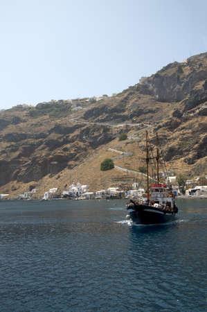 eacute: partenza per il vulcano nella Caldera di Santorini, Cicladi, Grecia