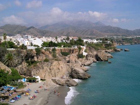 nerja: Escenas de playa en Nerja, un resort de vacaciones so�oliento espa�oles en la Costa del Sol, cerca de M�laga, Andaluc�a, Espa�a, Europa Foto de archivo