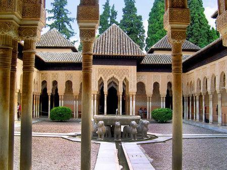 het Hof van Leeuwen op de 13e eeuw Alhambra Paleis in Granada Spanje Redactioneel
