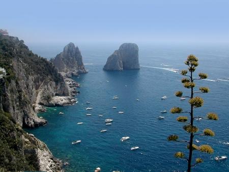 Faraglioni Rocks vanaf het terras op het Isle of Capri Italië