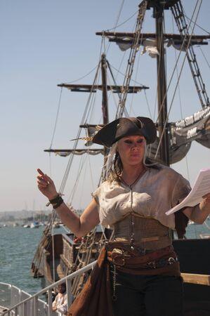 reenactor: Se�ora Pirate Re-enactor sobre Pirate Ship in San Diego California, EE.UU. Foto de archivo