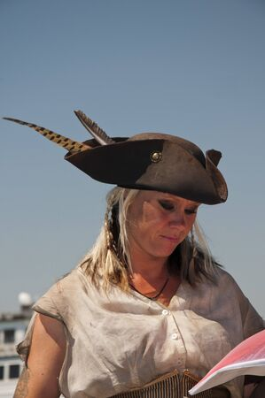 reenactor: Se�ora Pirate Re-enactor sobre Pirate Ship in San Diego California EE.UU. Estreno modelo cargado Foto de archivo