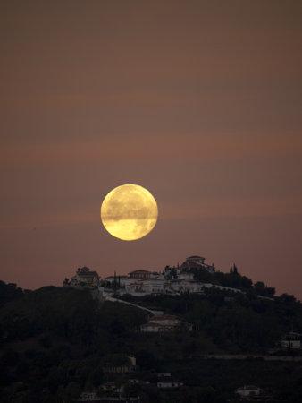 nerja: La Luna Puesta en Nerja Andalucia Espa�a
