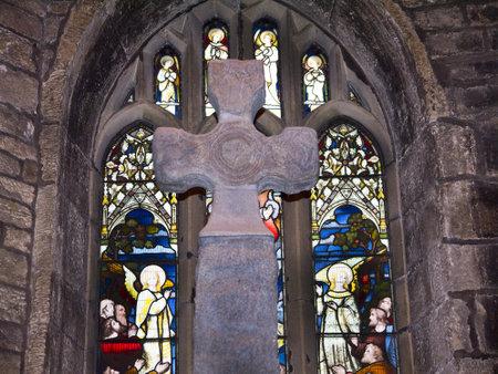 wharfedale: Saxon Cruz en la Iglesia de Todos los Santos en Ilkley North Yorkshire