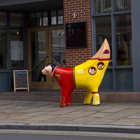 merseyside: Banana scultura Mucca decorato con i Beatles a Liverpool Merseyside