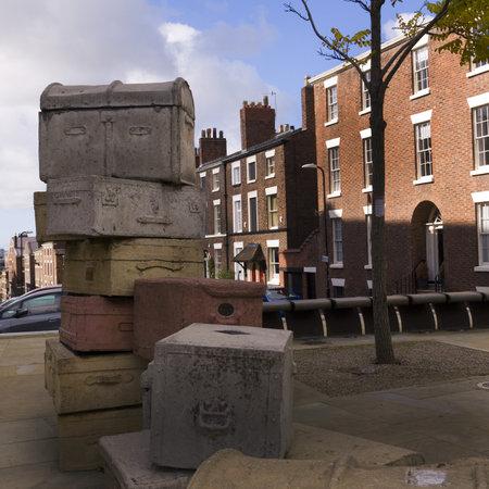 emigranti: Via Scultura di valigie degli emigranti da Docks di Liverpool Merseyside Editoriali