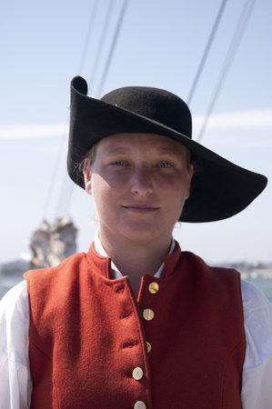 reenactor: Re-enactor Gunner en los grandes veleros en el puerto de San Diego, California, EE.UU.