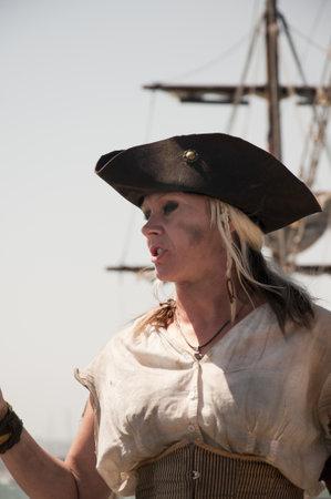 reenactor: Re-enactor Pirate Queen en los grandes veleros en el puerto de San Diego, California, EE.UU.
