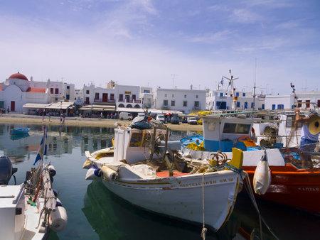 chora: barcos de pesca en Chora la ciudad principal en la isla de Mykonos Grecia